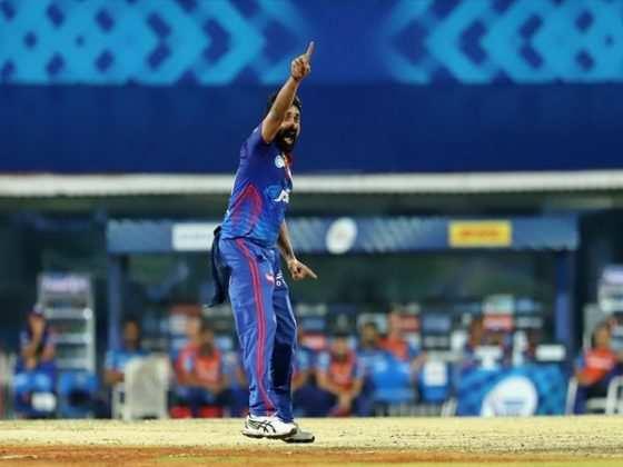IPL 2021 DC vs RCB: अमित मिश्रा ने गेंद पर लार लगाया, अंपायर ने दी पहली चेतावनी