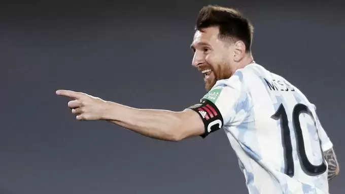 लियोनेल मेस्सी ने उरुग्वे के खिलाफ अर्जेंटीना की 3-0 से जीत में असामान्य लक्ष्य के साथ इतिहास रचा, ट्विटर पर धमाका