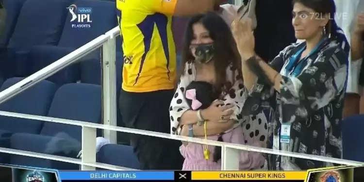 IPL 2021: जीवा ने अपनी मां साक्षी धोनी को धोनी के विजयी चौका लगाते ही लगा लिया गले, देखिए ये खूबसूरत वीडियो